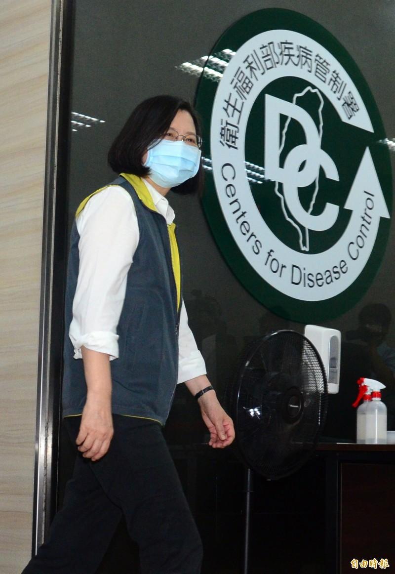 世界衛生大會(WHA)昨天開幕,各國以視訊會議方式參加,我國又沒受邀;蔡英文總統今天視察中央流行疫情指揮中心,對於再被拒絕邀請,蔡英文表達嚴正抗議,表示會繼續努力,讓世界都看到台灣。(記者王藝菘攝)