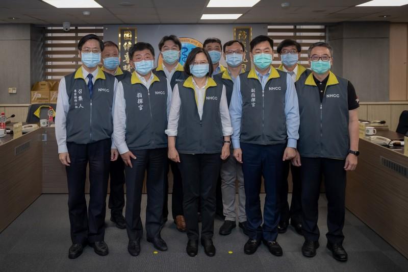 第一任總統任期的最後一天(19日),總統蔡英文表示,她還有一件事要做,就是來到中央流行疫情指揮中心,鼓勵防疫同仁一路以來的辛苦。對於台灣這次仍遭世界衛生組織(WHO)拒絕邀請參加世界衛生大會(WHA),蔡英文除了表達最嚴正的抗議,並表示:「台灣的防疫表現如何,國際社會自有公評」。(擷取自蔡英文臉書)