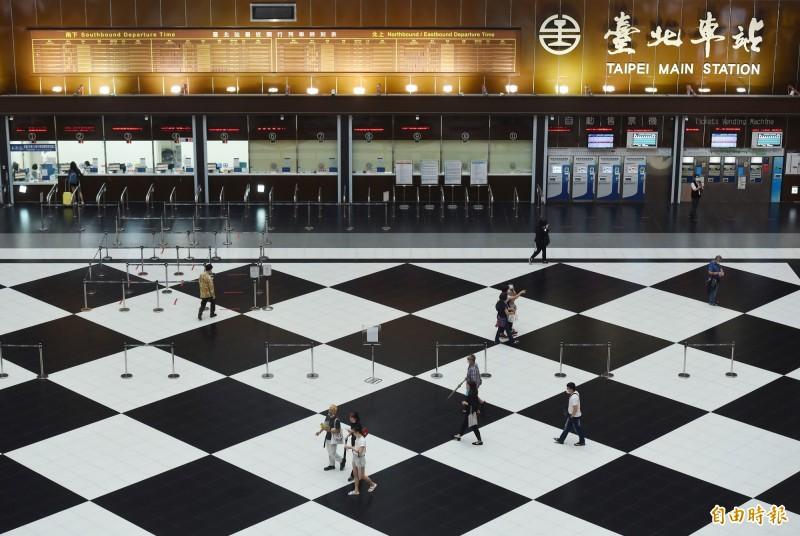 為因應武漢肺炎疫情,台鐵自今年2月開始禁止民眾在台北車站大廳席地而坐,如今疫情趨緩台鐵卻打算順勢禁止開放大廳,引起各界反對。(記者廖振輝攝)