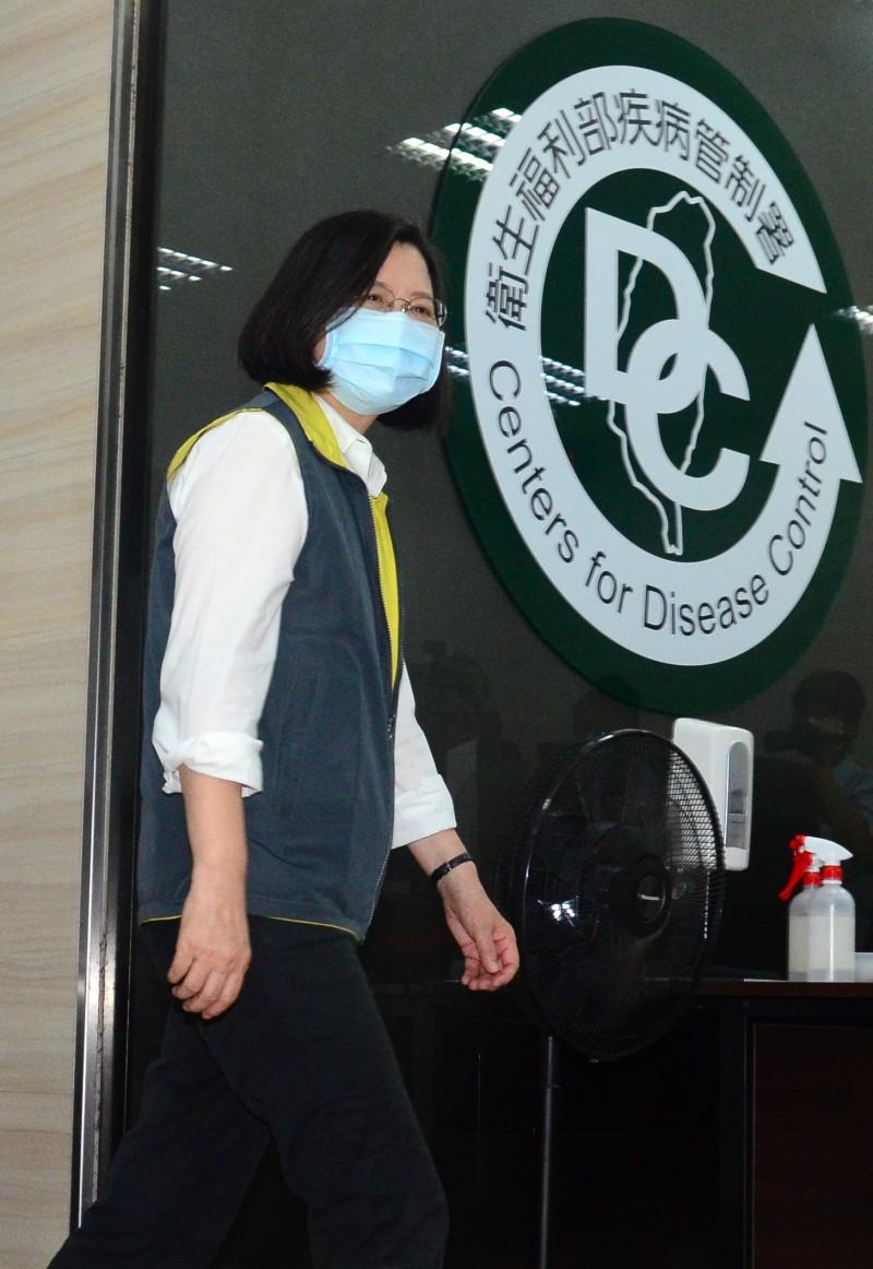 總統蔡英文視察中央流行疫情指揮中心。 (記者王藝菘攝)