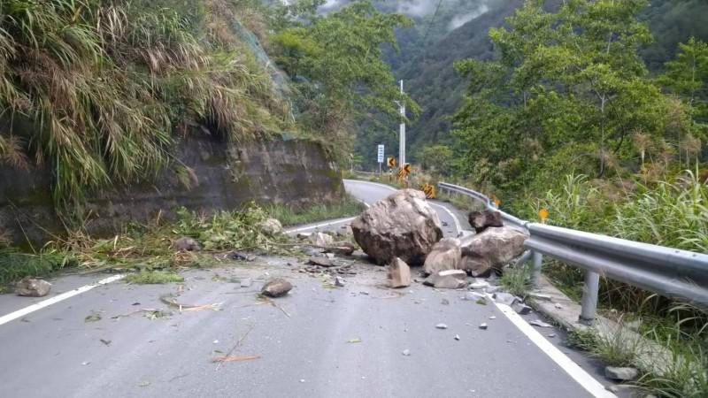 下雨造成中橫便道落石阻礙交通。(記者歐素美翻攝)