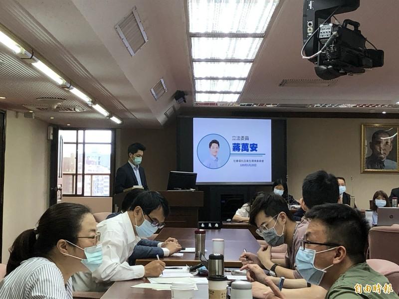 立委蔣萬安今日於立法院社會福利及衛生環境委員會進行質詢。(記者羅綺攝)