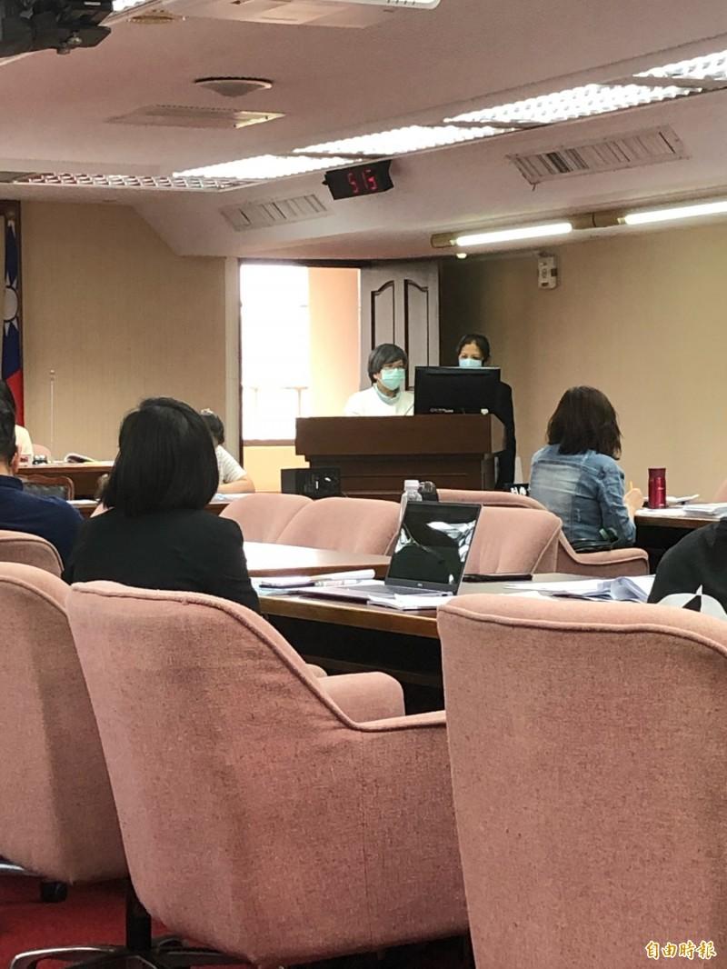 衛福部政務次長蘇麗瓊(白衣者)表示,健保費調整議題目前仍在討論、尚未定案。(記者羅綺攝)