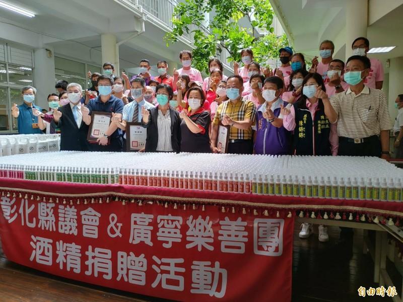 彰化縣議長謝典林協助整合相關單位贈送10000份隨身酒精噴瓶給縣內有需要的單位。(記者劉曉欣攝)
