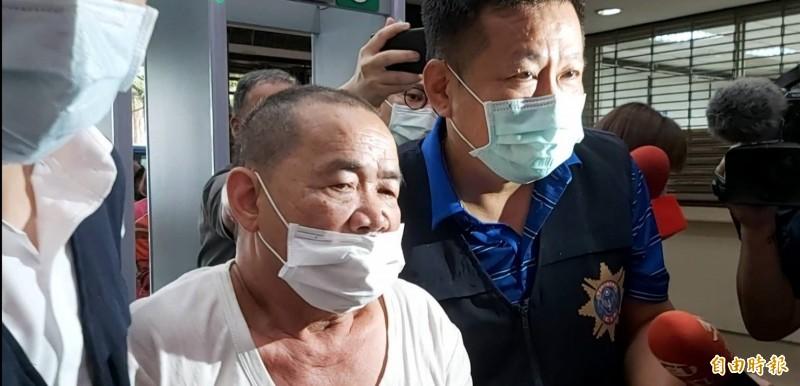 鄒木樹(右二)移送台北地檢署複訊。(記者陳慰慈攝)