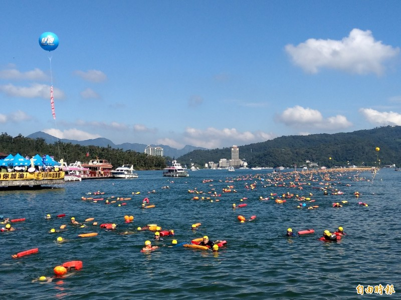 眾所矚目的日月潭萬人泳渡,可望在疫情趨緩後,於9月照常舉辦。(資料照)