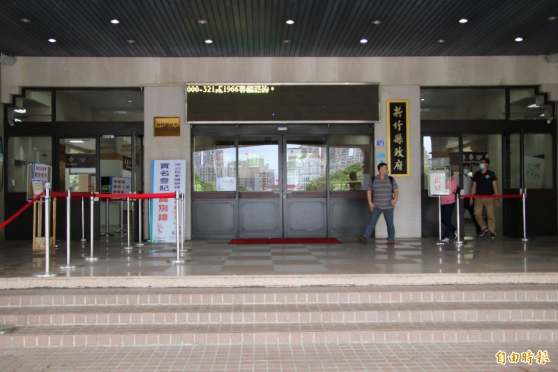 新竹縣政府今天宣佈,6月1日起,縣府跟13鄉鎮市公所全面回歸原辦公處所服務鄉親,但是門禁管制仍將維持。(記者黃美珠攝)