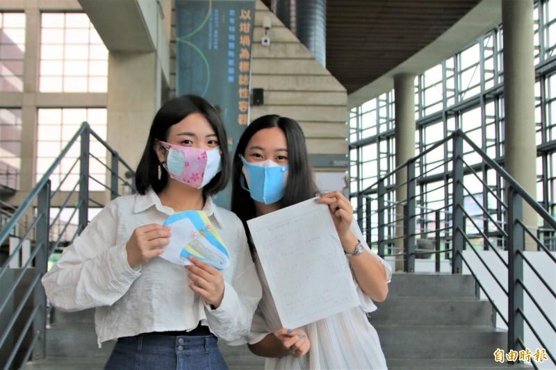 陶博館的員工們戴上清野美佐的手作口罩。(記者邱書昱攝)