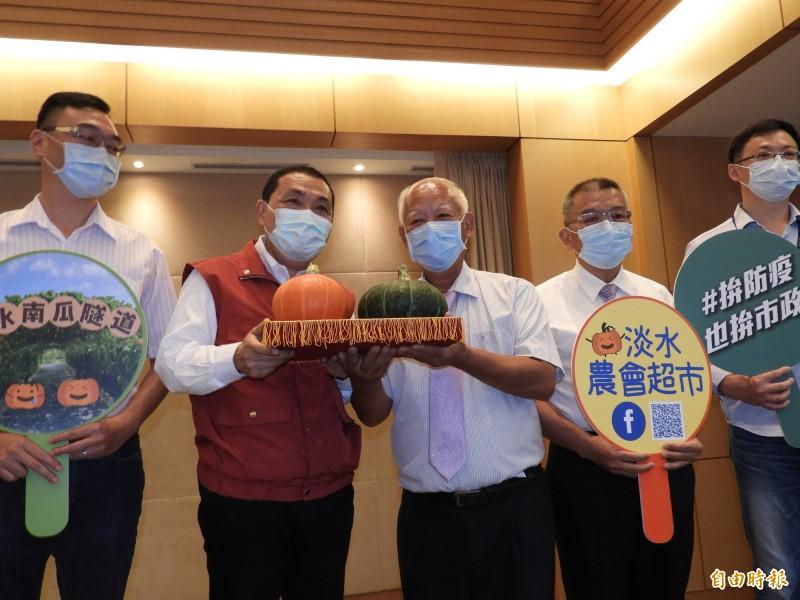 新北市長侯友宜大力推廣淡水區農會的栗子南瓜。(記者賴筱桐攝)