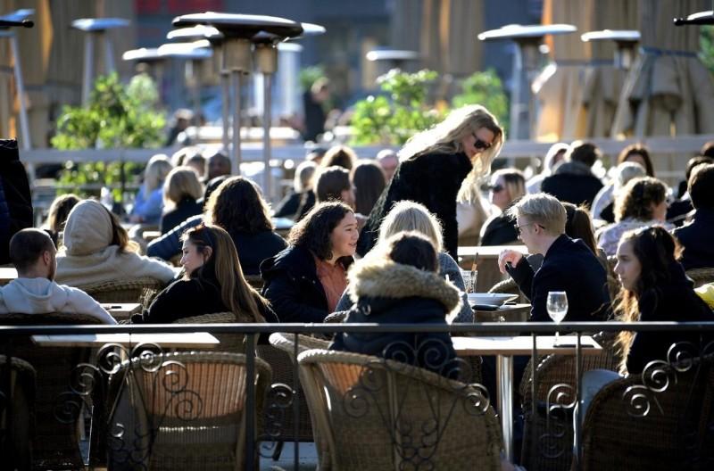 瑞典不關邊境不封城,酒吧和餐廳也持續營業,佛系防疫全靠民眾自律。(路透檔案照)