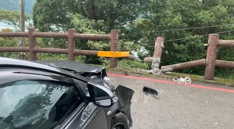 日月潭風景區位在日月行館附近的下坡路段,發生轎車自撞車禍,強烈撞擊力道幾乎將護欄撞斷。(記者劉濱銓翻攝)