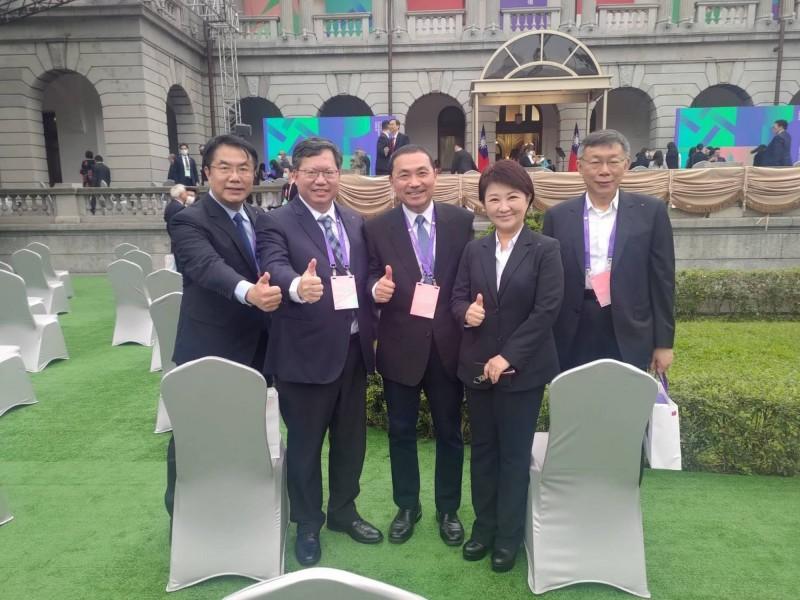520總統就職典禮,交通部長林佳龍幫與會的盧秀燕(右2)等五位直轄市長合影。(圖擷取自盧秀燕臉書)