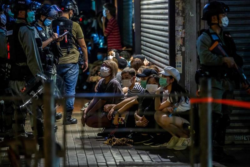 香港民意研究計畫在5月19日公布香港紀律部隊與駐港解放軍的大眾好感度民調,結果包含駐港解放軍在內的排行中,香港警察持續墊底。圖為港警在5月10日拘留一批示威者。(法新社)
