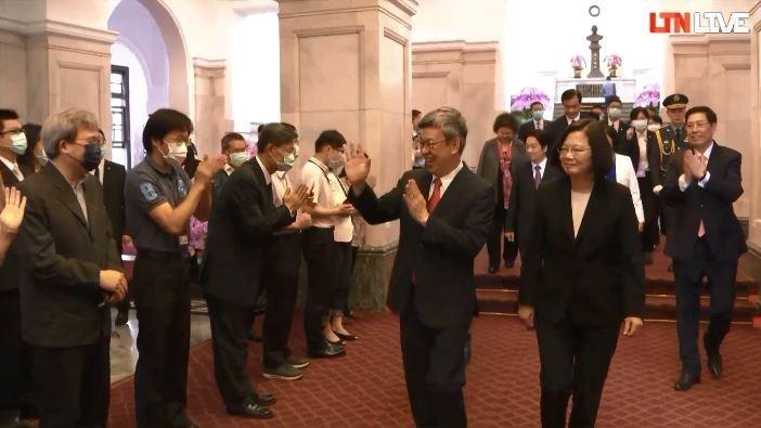 陳建仁伉儷離開總統府時受到員工熱烈歡送。(圖擷取自總統府直播)