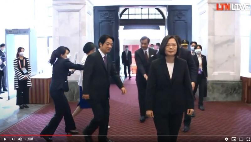 總統蔡英文今年就職典禮時穿著黑色西裝外套。(圖翻攝自直播畫面)