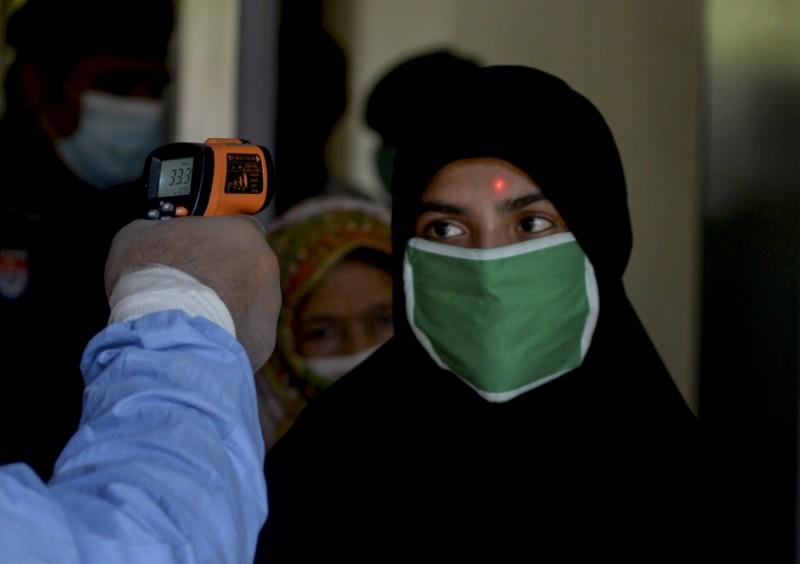 巴基斯坦65歲省議員拉扎今(20)日傳出感染武漢肺炎後病逝,同時巴基斯坦武肺死亡數傳出單日新高46例。圖為巴基斯坦民眾接受額溫測量。(法新社)