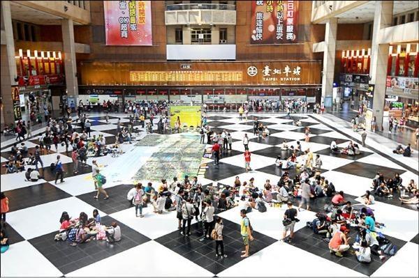 台鐵擬評估永久禁止民眾在台北車站大廳席地而坐,引發正反議論。(資料照)