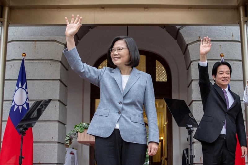 蔡英文(中)與賴清德(右)今就職,成為我國第15任總統、副總統。(法新社)