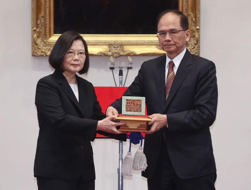 總統蔡英文(左)今天(20日)宣誓就職,展開第二任期,從立法院長游錫堃(右)手中接下「中華民國之璽」。(中央社)