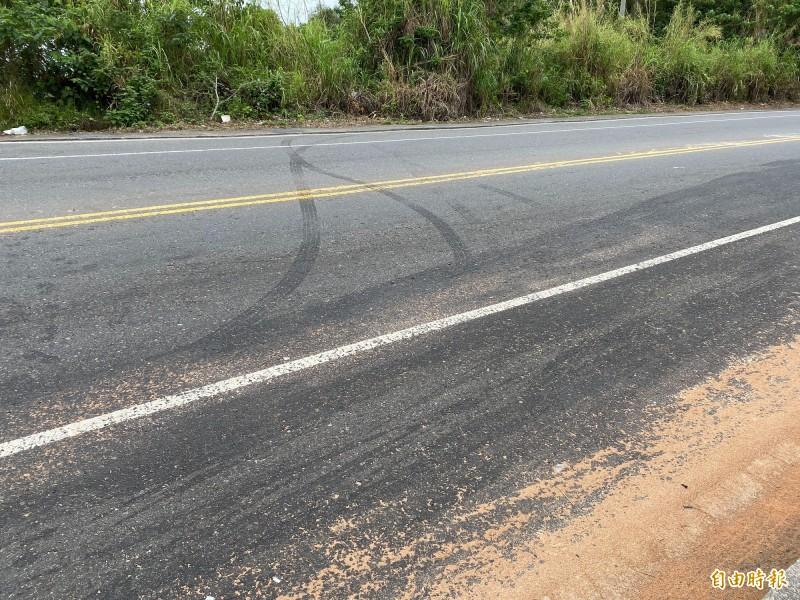 立委黃秀芳座車與轎車在彰化市139線發生對撞,事故現場有明顯煞車痕跡。(記者湯世名攝)