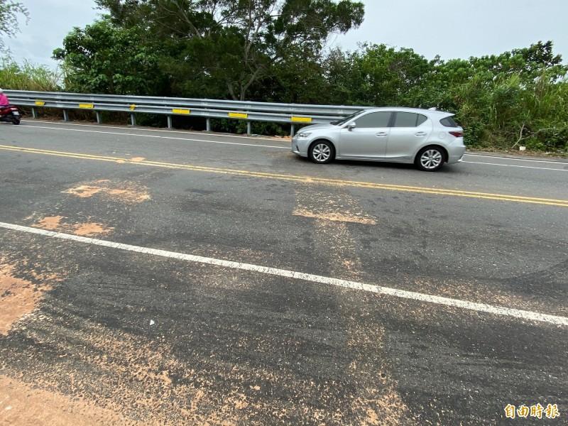 立委黃秀芳座車與轎車在彰化市139線發生對撞,事故現場有明顯煞車痕跡與油漬。(記者湯世名攝)