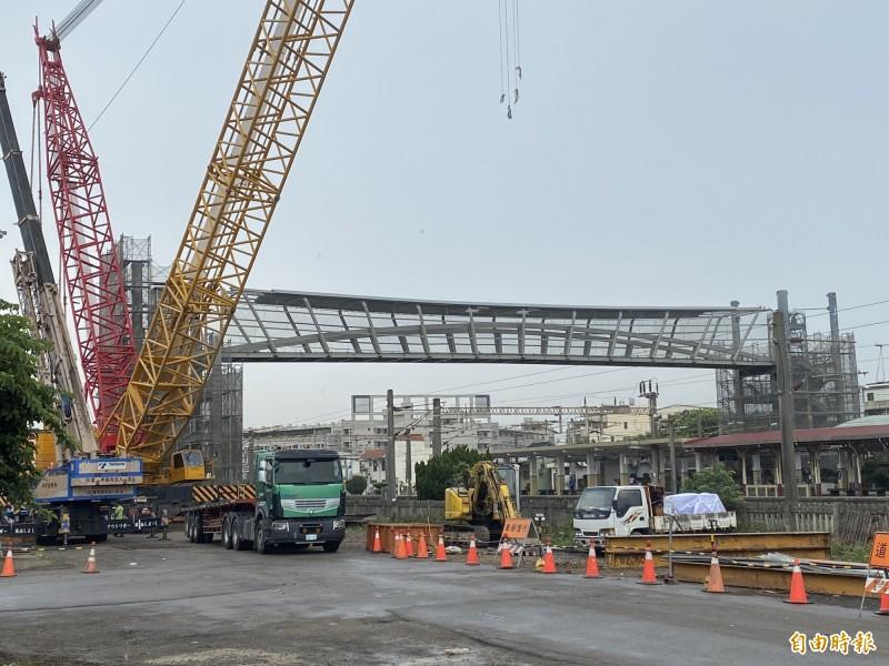 大甲火車站新建天橋完成主體橋面吊掛。(記者張軒哲攝)