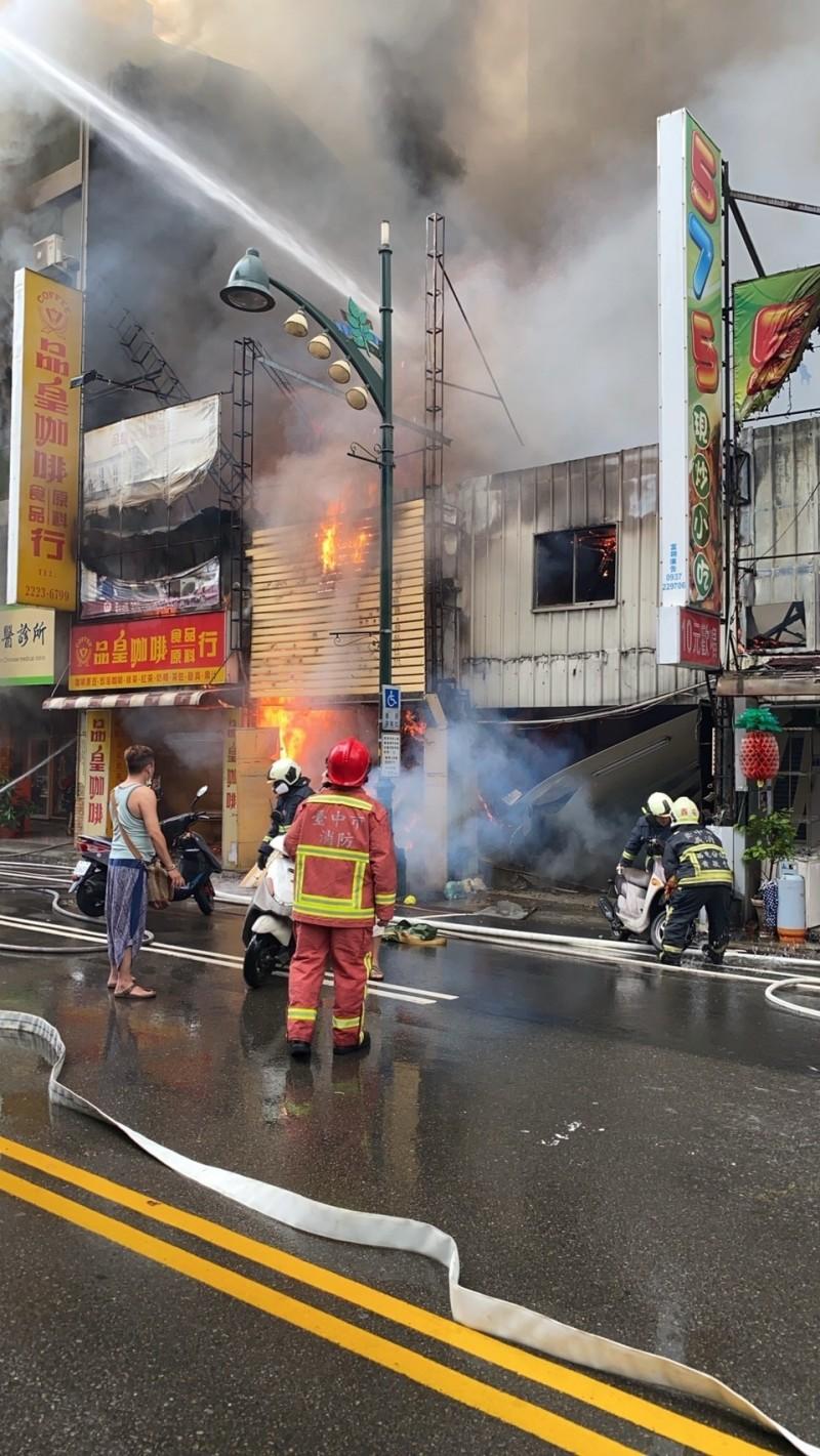台中中華路夜市縱火現場,火勢一度猛烈,居民穿著脫鞋,試圖搶救財物。(記者張瑞楨翻攝)