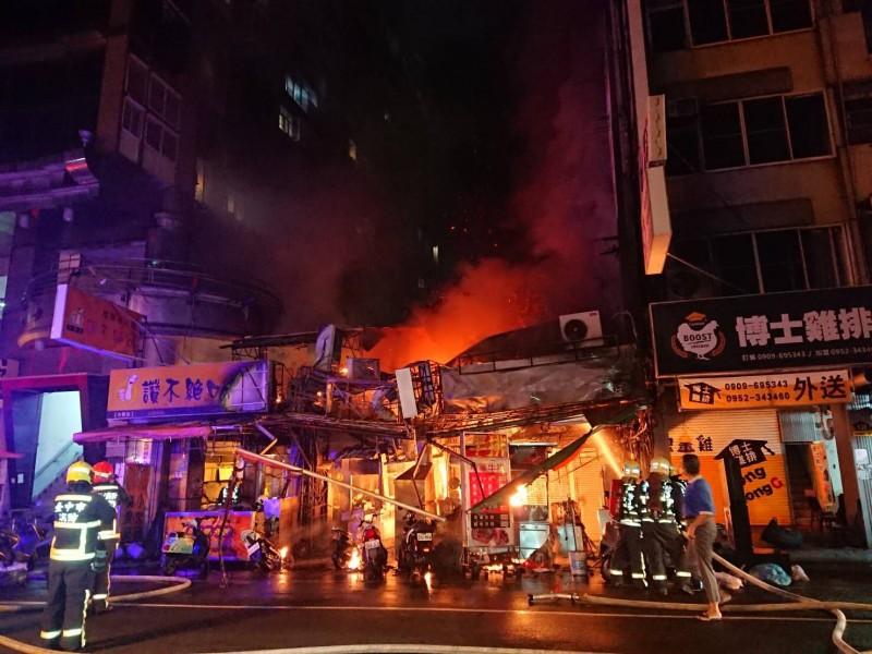 中市老字號的中華夜市暗夜惡火,令人怵目驚心。(圖由中市消防局提供)