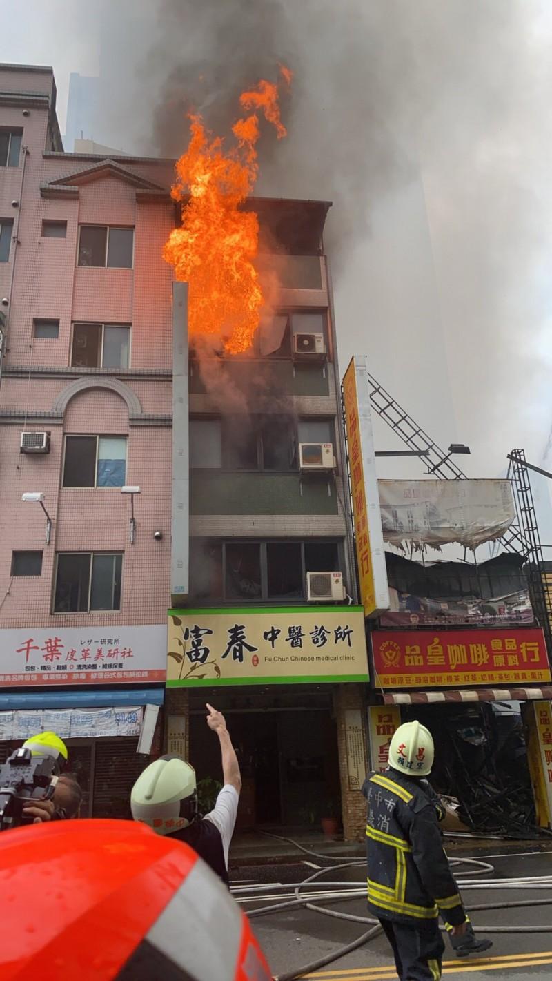 其中一間中醫診所一度復燃竄出火舌。(圖由中市消防局提供)