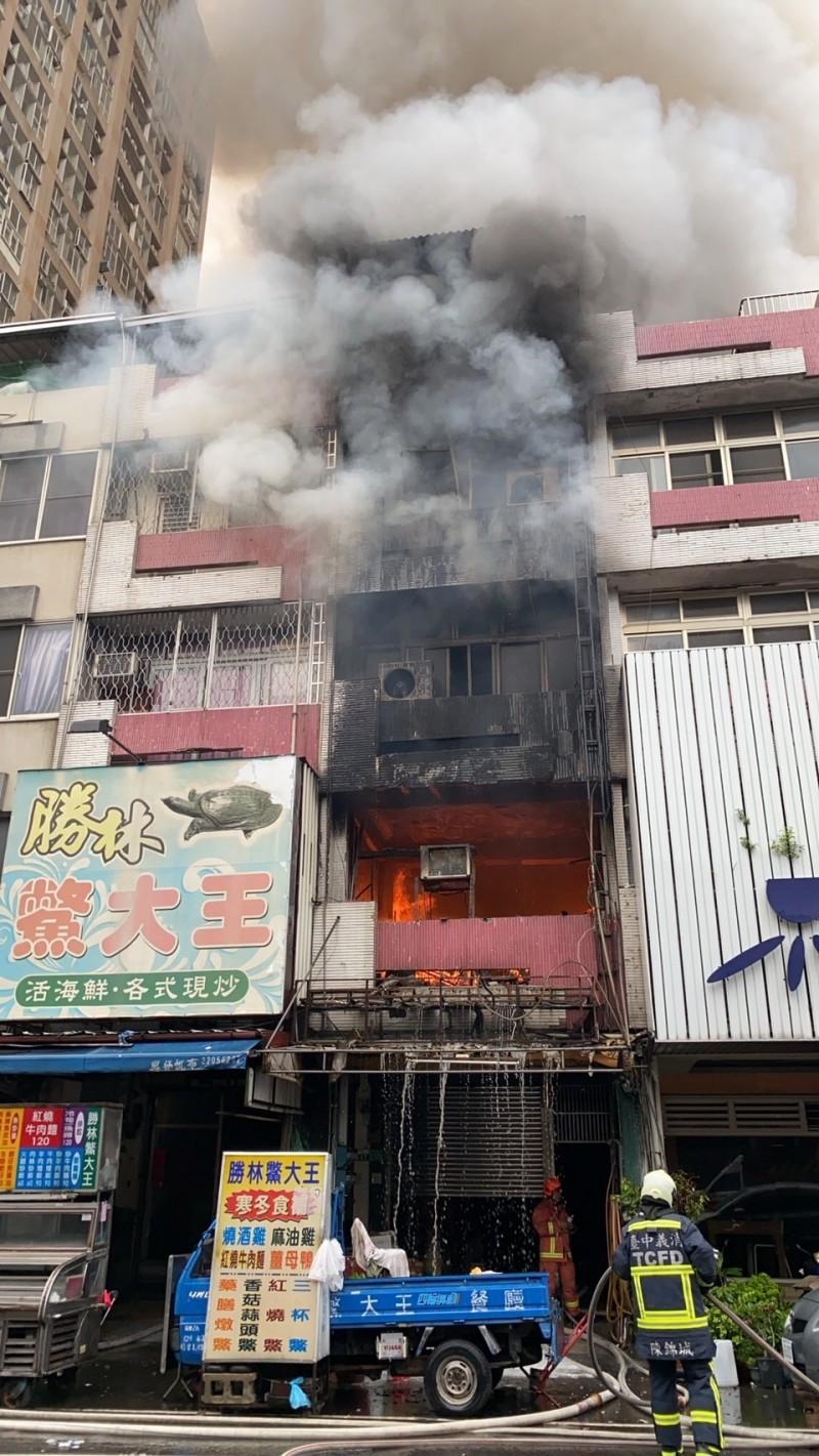 中華路夜市老店「勝林鱉大王」也被火勢波及。(記者張瑞楨翻攝)