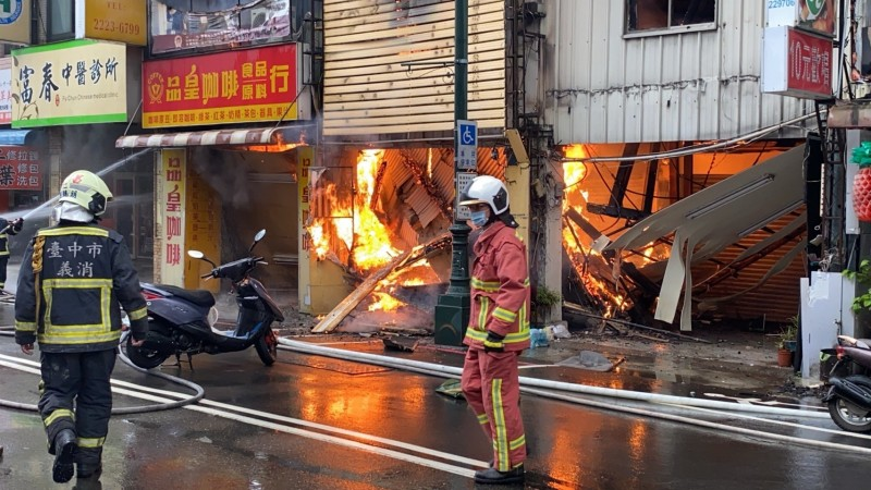 火勢從中華路蔓延到台灣大道,咖啡店、中醫診所都受害。(記者張瑞楨翻攝)
