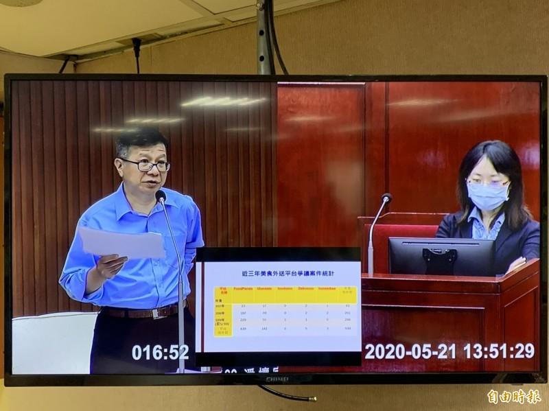 台北市議員潘懷宗今天下午在議會質詢指出,他發現消費爭議案件一直上升。(記者沈佩瑤攝)