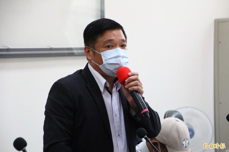 嘉義市議員陳家平出面揭露嘉義市動保園區弊端。(記者林宜樟攝)