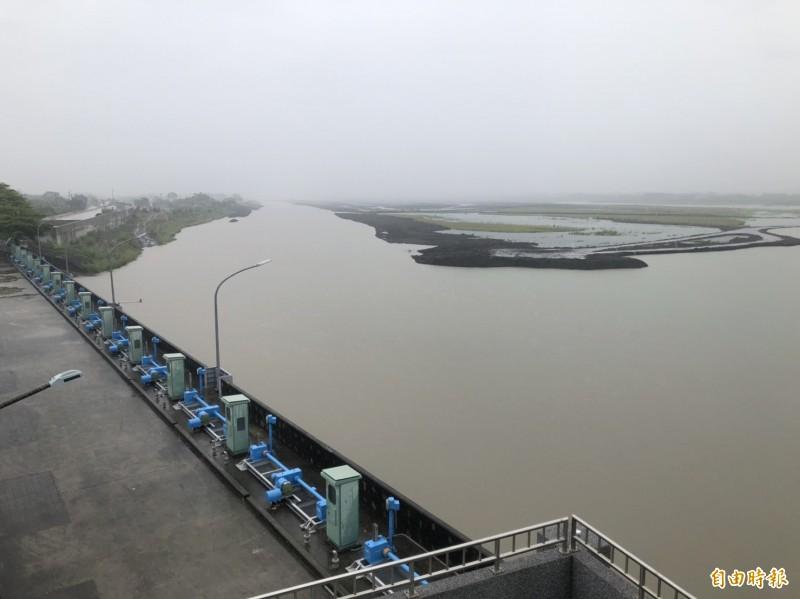 高屏溪攔河堰流量大增,提高達達35CMS(立方公尺/秒)。(記者陳文嬋攝)