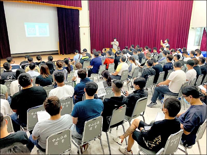 台北市政府昨針對酒店、舞廳業者舉辦第一梯次防疫實名制APP訓練課程。(台北市政府提供)