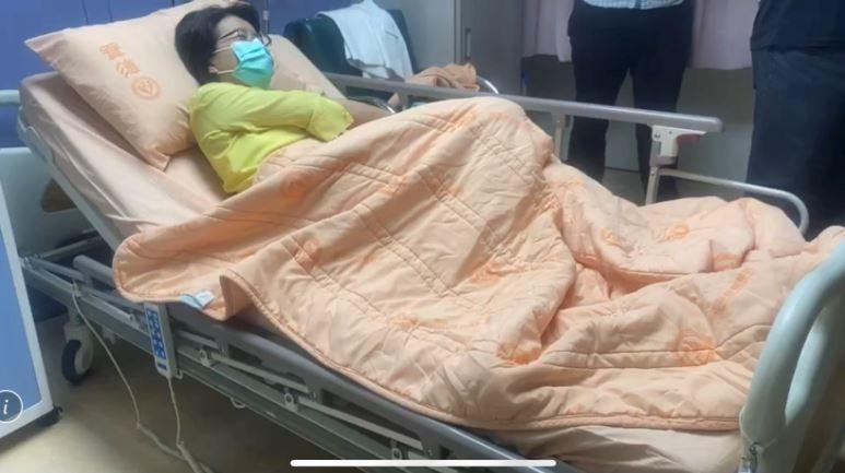 立委黃秀芳躺在病床上顯得很虛弱。(記者湯世名翻攝)
