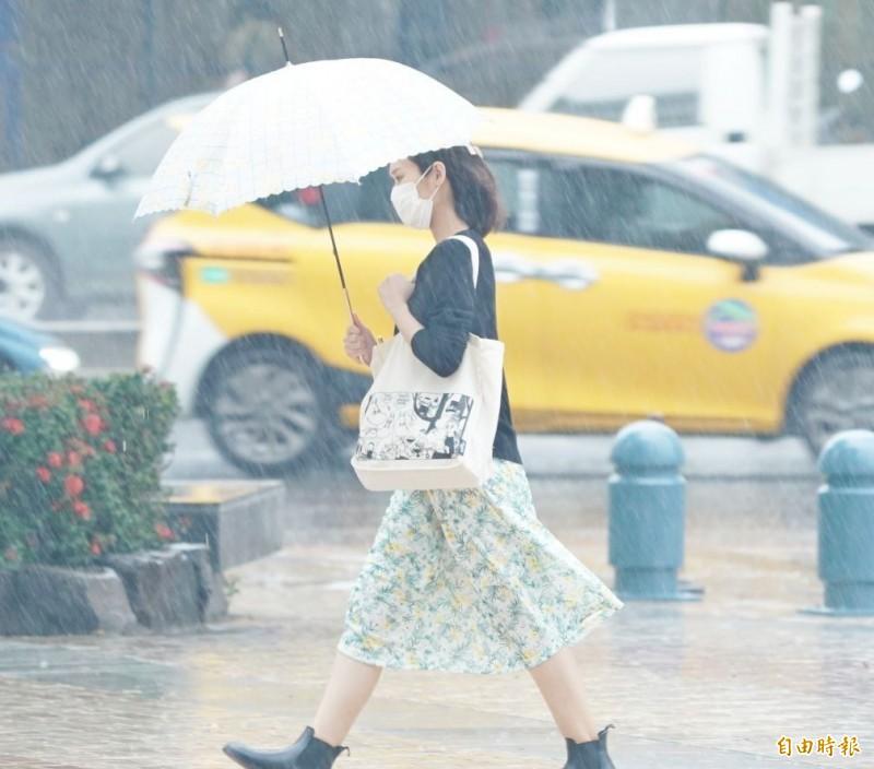 明天(22日)滯留鋒面及西南氣流影響,全台各地有雨,尤其山區須慎防坍方、落石與溪水暴漲。另外,明天全台各地沿海也有強陣風與大浪。(記者黃志源攝)