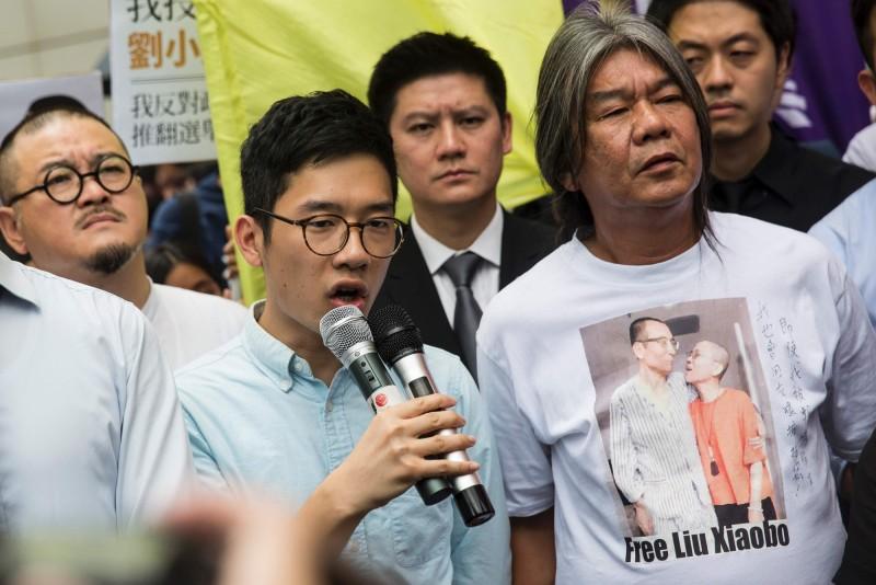 中國北京強推香港版國安法,香港眾志創黨主席、常委羅冠聰(藍衣持麥克風)對此呼籲香港人迎戰,認為「香港人,一直都可以創造奇蹟」。(法新社檔案照)