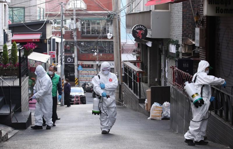 南韓梨泰院夜店群聚感染事件不斷擴大,病毒已出現三代、四代傳播的情形,當局急對確診者曾到過的地方消毒。(歐新社資料照)