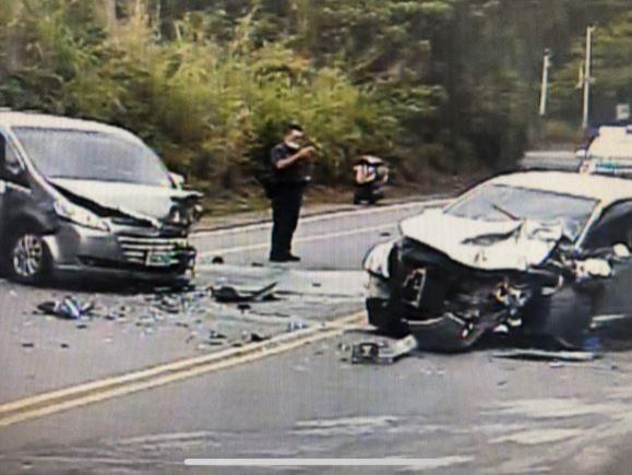 兩車對撞受損嚴重。(記者湯世名翻攝)