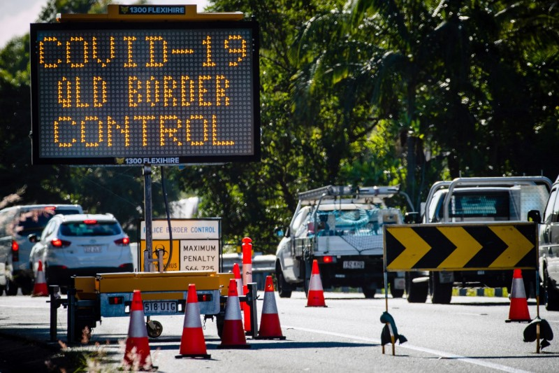 澳洲各州因是否重新開放州界,爆發了激烈的口水戰。圖為連結昆士蘭州、新南威爾斯州的一條高速公路的州界管制站。(法新社)