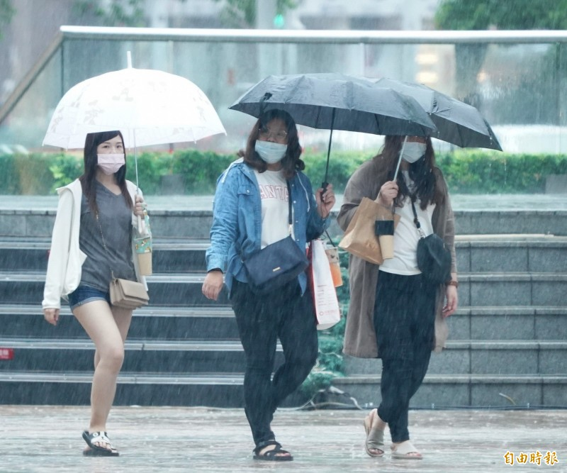 梅雨襲台。(記者黃志源攝)