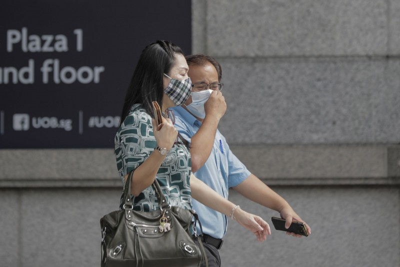 新加坡境內今(21)日新增448人確診感染武漢肺炎,該國累計確診病例達2萬9812例。圖為新加坡街道上的民眾,與新聞事件無關。(歐新社檔案照)