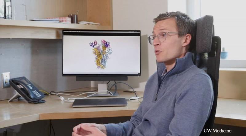 美國研發團隊在SARS患者的血液樣本中,找到一種名為「S309」的抗體,盼能成為抗衡冠狀病毒的中和抗體(Neutralizing antibody)。圖為研發團隊人員、華盛頓大學生物化學系助理教授維斯勒(David Veesler)講解「S309」抗體的資訊。(圖擷取自Youtube_UW Medicine)