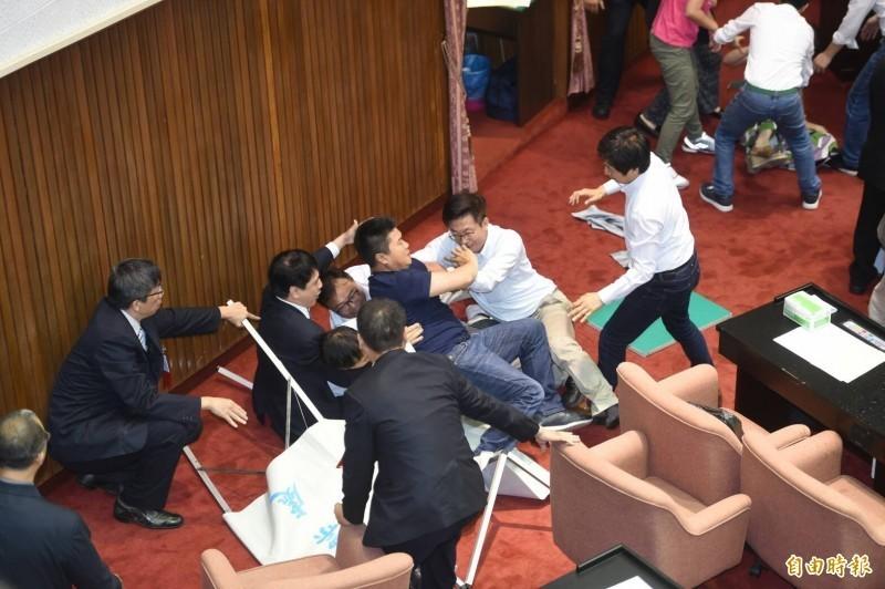 去年5月28日,立法院院會行使中選會主委李進勇人事同意權案,引爆藍、綠委發生推擠、拉扯。(資料照)