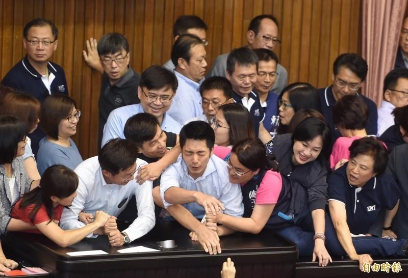 為防避免被民進黨立委「各個擊破」,去年眾多藍委集合在主席台上,陳玉珍被拍到以右手環抱國民黨立委蔣萬安,此景後被網友評為「萬安緊抱」。(資料照)