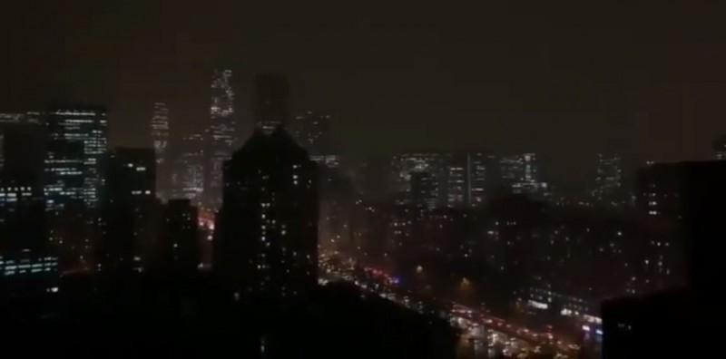 中共兩會(政協、人大會議)21日下午於北京人民大會堂開幕,但北京天氣卻出現異相。(圖擷取自秒拍)