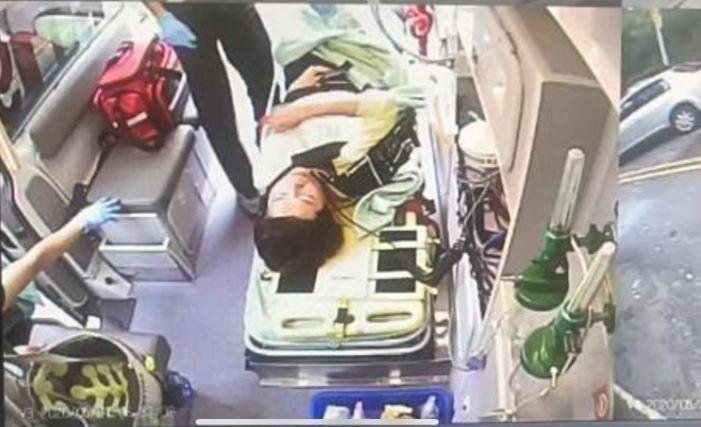 立委黃秀芳被救護車送醫治療。(記者湯世名翻攝)