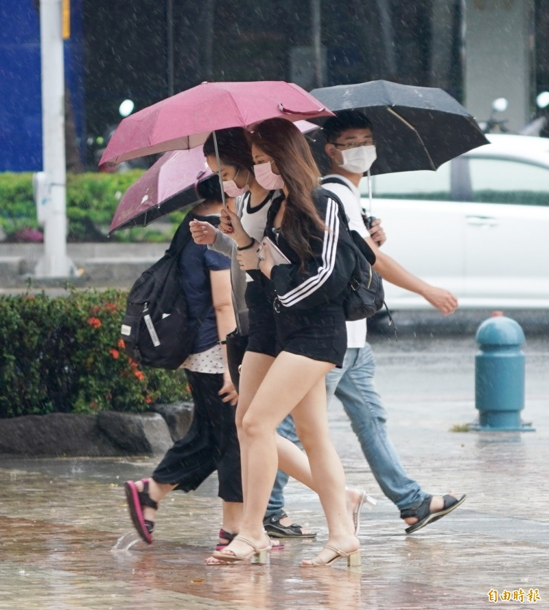 氣象局表示,由於滯留鋒面及西南風增強帶來暖濕水氣,各地都有陣雨或雷雨。(資料照)