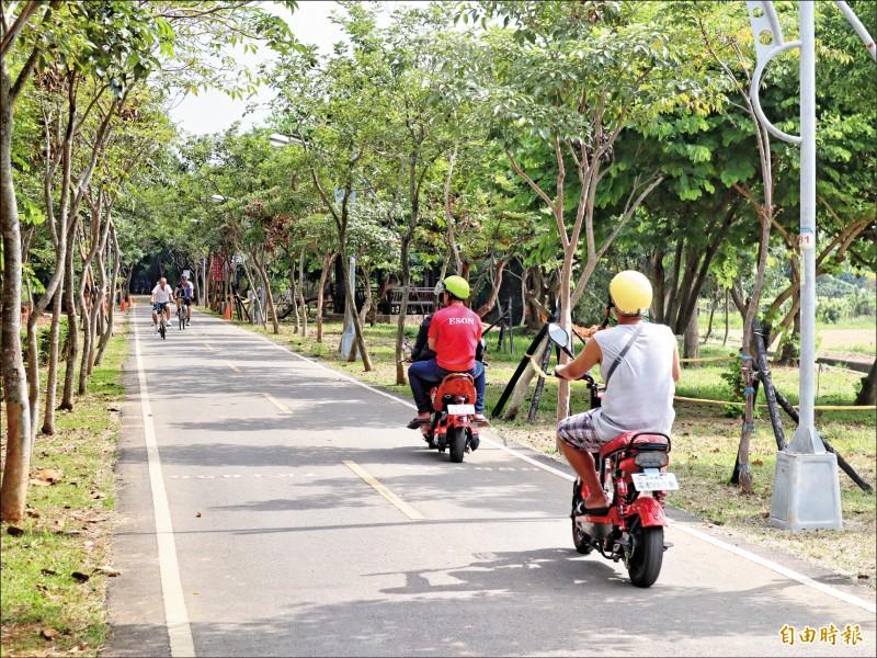 立法院交通委員會昨天初審通過「道路交通管理處罰條例部分條文修正草案」,規範未滿14歲不得騎乘電動自行車。 (資料照,記者歐素美攝)